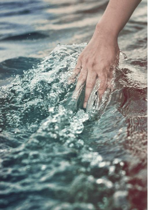 mano su acqua