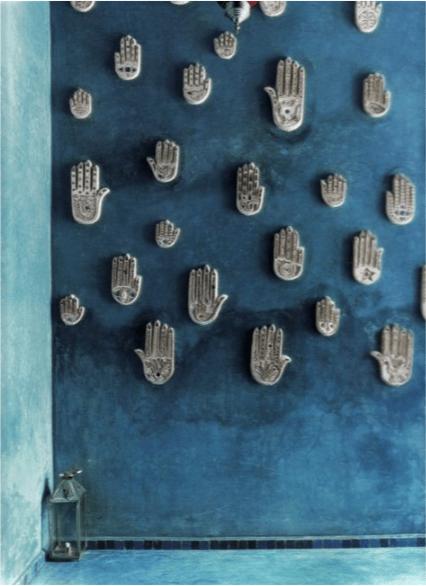 mani su parete turchese